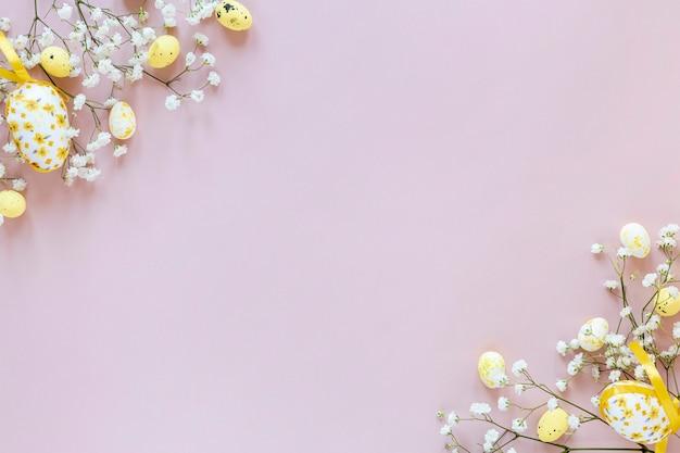テーブルの上のコピースペースの花と卵 無料写真