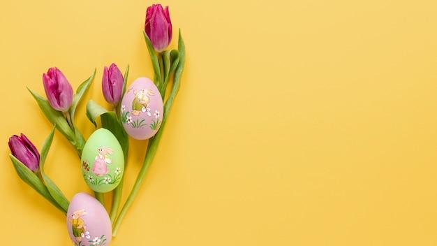 塗装卵とコピースペースとチューリップ 無料写真