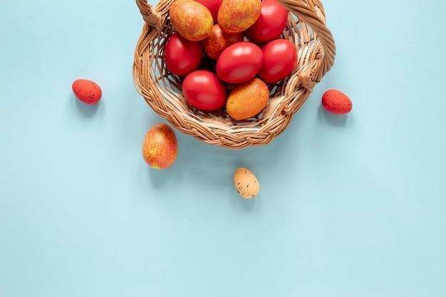 黄色と赤の塗装卵付きバスケット 無料写真