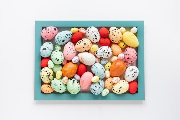 塗装卵で形成されたトップビューフレーム 無料写真