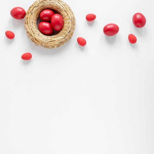 コピースペースを持つ赤い卵付きバスケット 無料写真