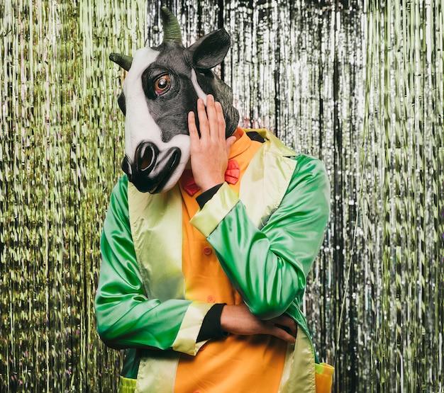 カーニバルパーティーの変な牛の衣装 無料写真