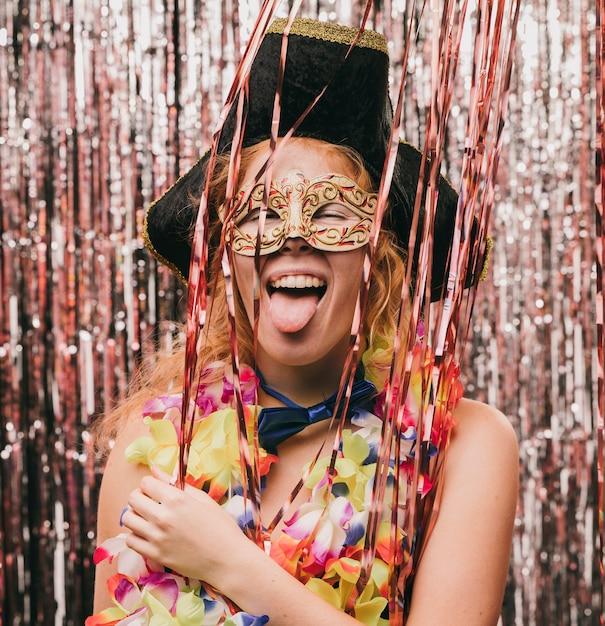 カーニバルパーティーで衣装を着た遊び心のあるスマイリー女性 無料写真
