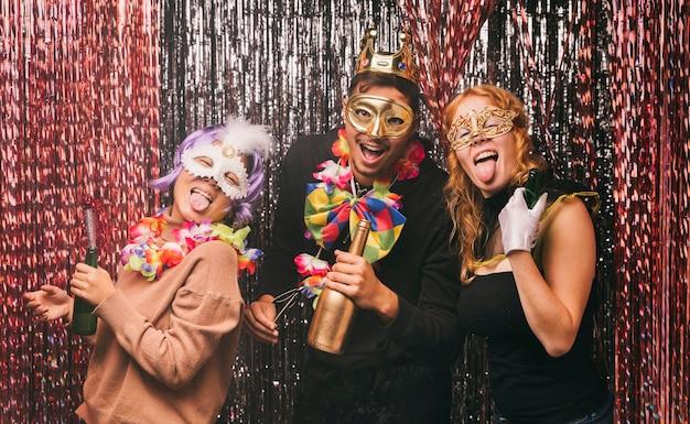 カーニバルパーティーの衣装でローアングルスマイリー友達 無料写真
