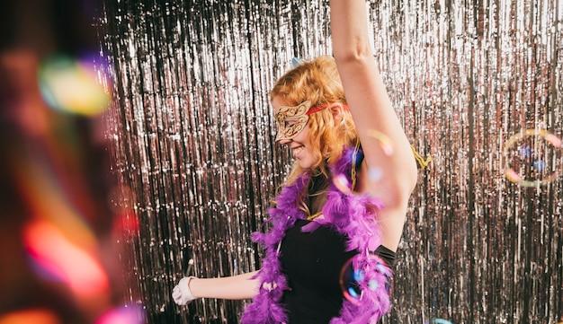 楽しいカーニバルパーティーでハイアングル女性 無料写真