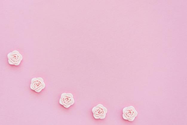 コピースペースでピンクの春のバラのフラットレイアウト 無料写真