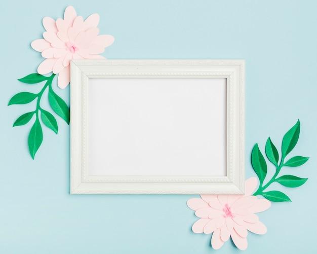 Вид сверху бумажных весенних цветов с рамкой Бесплатные Фотографии