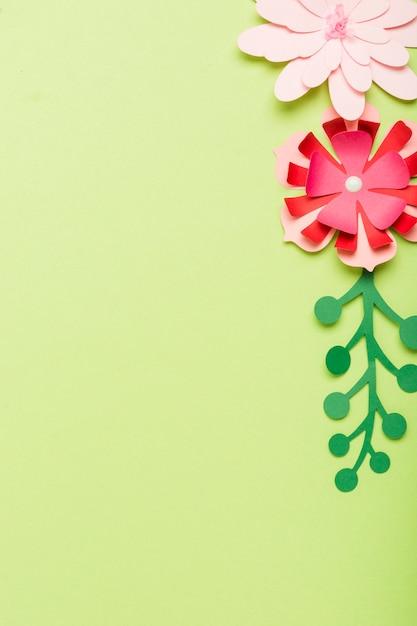 コピースペースを持つ紙の花のフラットレイアウト 無料写真