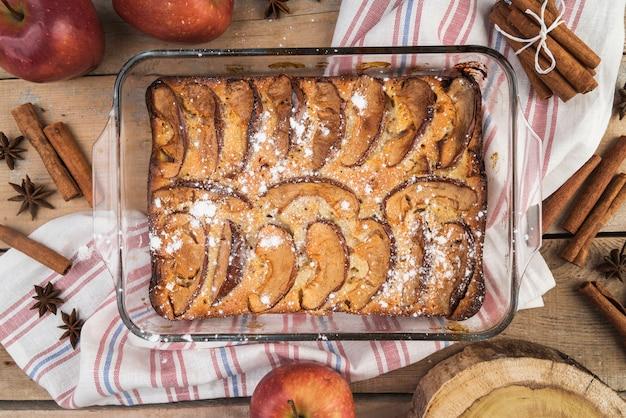 トップビューおいしいケーキを提供する準備ができて 無料写真