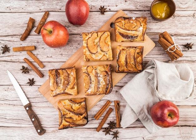 トップビューのおいしいケーキとりんご 無料写真