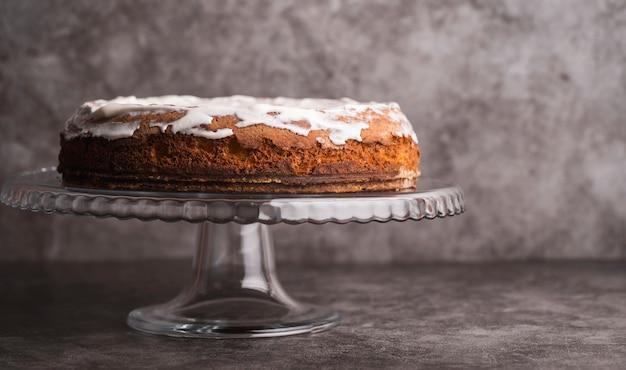 テーブルの上の正面のおいしい艶をかけられたケーキ 無料写真