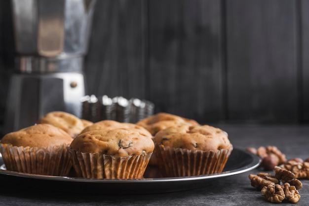 Крупным планом вкусные кексы на подносе Бесплатные Фотографии