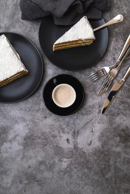テーブルの上のコーヒーとケーキのトップビュースライス 無料写真