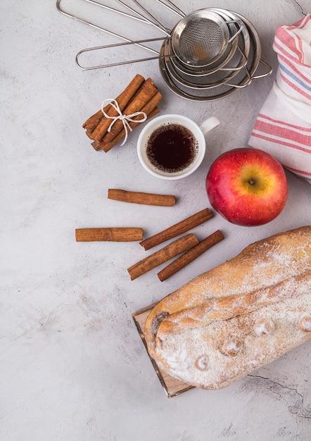 Вид сверху свежая выпечка с яблоком на столе Бесплатные Фотографии