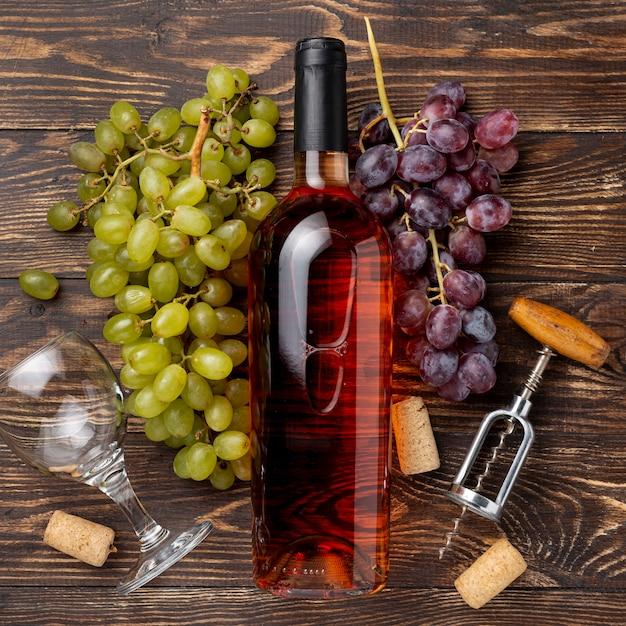 テーブルの有機ブドウで作られたワインのボトル 無料写真