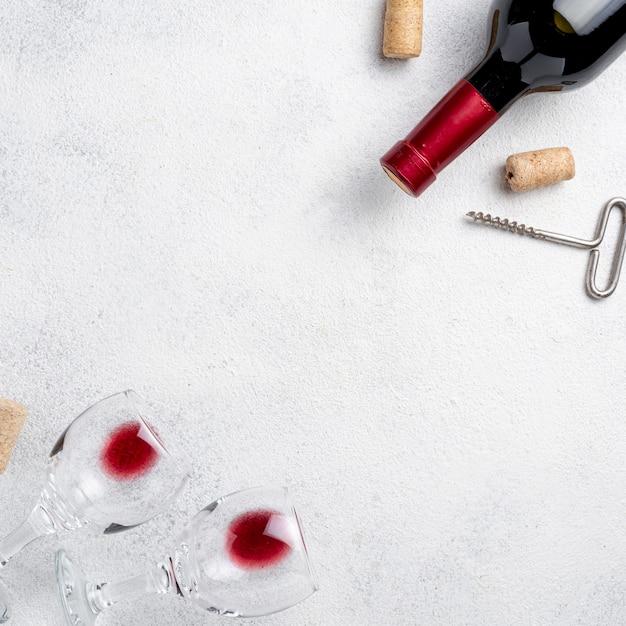 ワインとワインのボトルのトップビューグラス 無料写真
