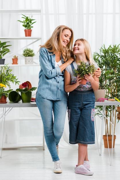 ローアングルスマイリーママと娘の温室 無料写真