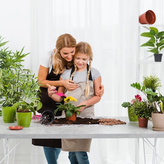 温室でママを助ける娘 無料写真