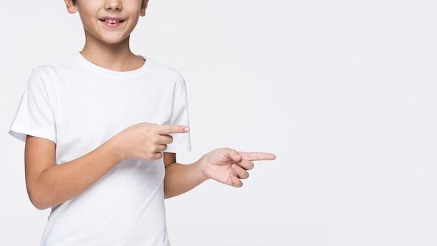 Макро молодой мальчик, указывая Бесплатные Фотографии