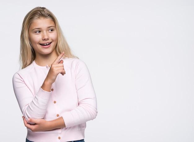 コピースペースで指しているスマイリー少女 無料写真