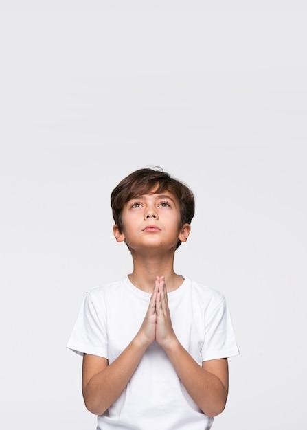 祈るコピースペース少年 無料写真