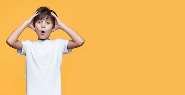 コピースペースの少年が心配 無料写真