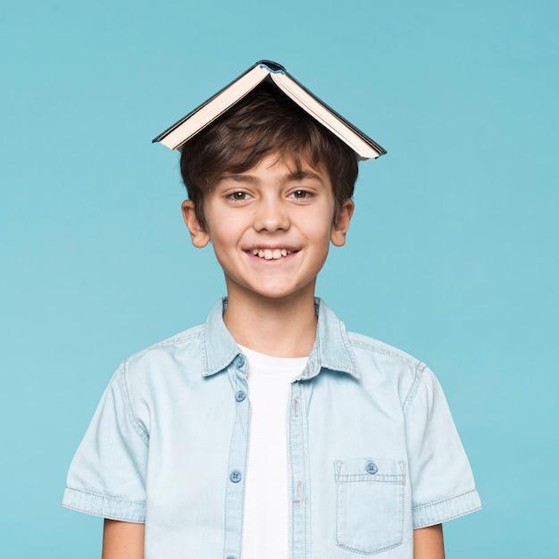 本の頭の上でスマイリー少年 無料写真
