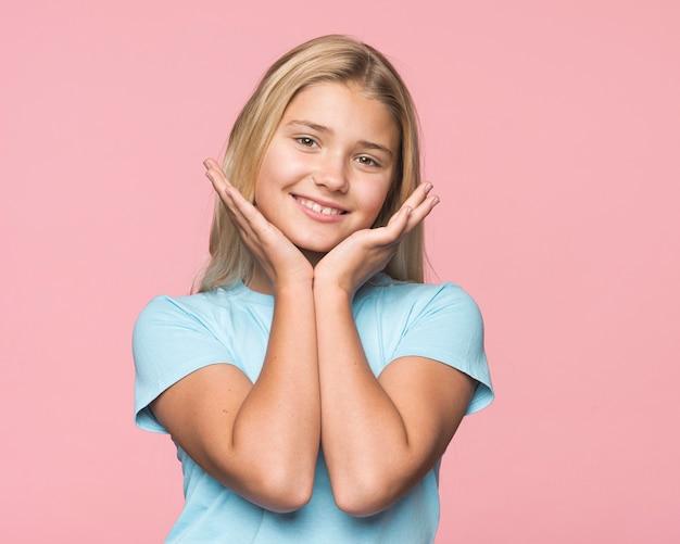 Портрет молодой девушки с розовым фоном Бесплатные Фотографии