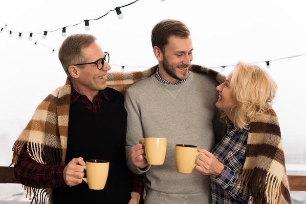 Смайлик и счастливая семья позирует с чашками Бесплатные Фотографии