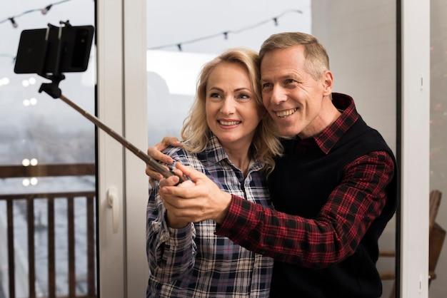 笑顔の親が自分撮りを撮る 無料写真