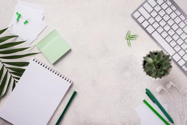 多肉植物と葉の机の上のキーボードのトップビュー 無料写真