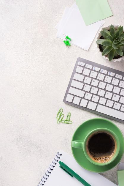 Вид сверху письменного стола с клавиатурой и канцелярскими принадлежностями Бесплатные Фотографии