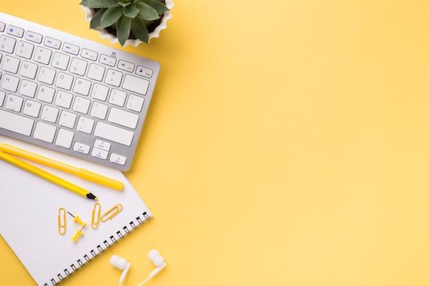 キーボードと多肉植物のコピースペックと机の上に置く 無料写真