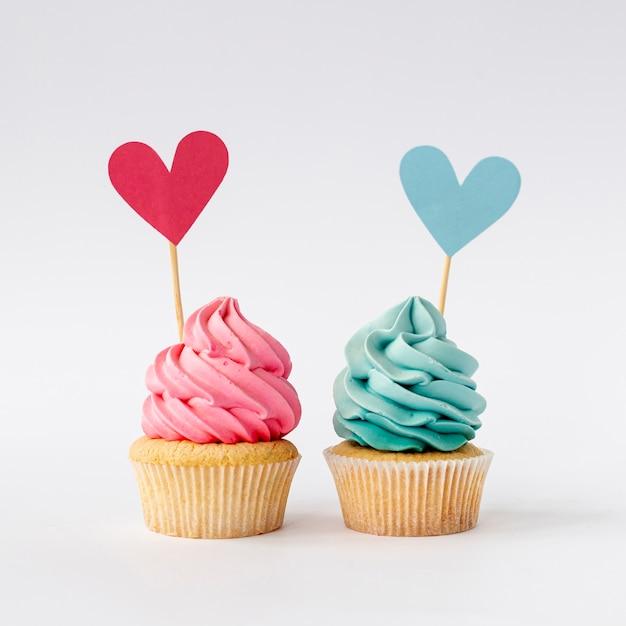 かわいい小さな赤ちゃんの女の子や男の子のカップケーキの正面図 無料写真