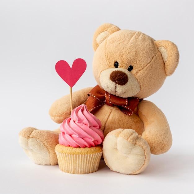Вид спереди милый маленький мальчик кекс и медвежонок Бесплатные Фотографии