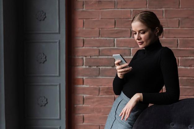 Женщина взгляда со стороны мобильного телефона Бесплатные Фотографии