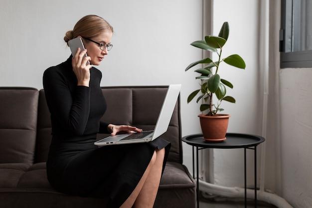 現代の女性が自宅で仕事 無料写真