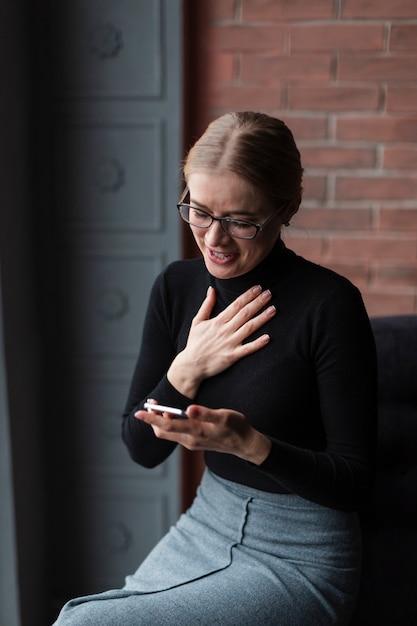 Высокий угол женщина с мобильного смеха Бесплатные Фотографии