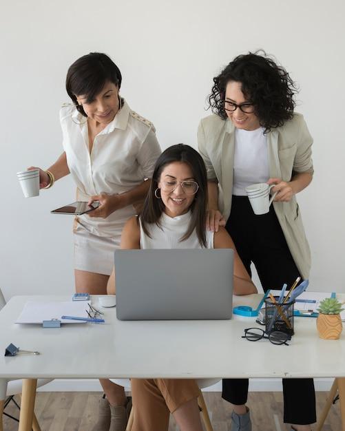 一緒に働く現代の女性 無料写真