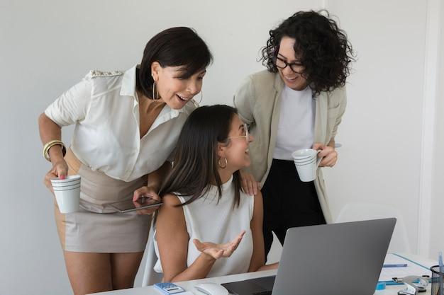 一緒に働く現代の女性の正面図 無料写真