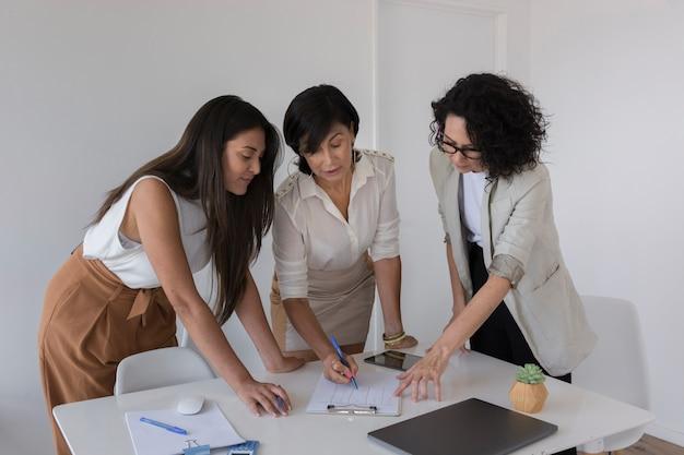 プロジェクトで一緒に働くビジネス女性 無料写真