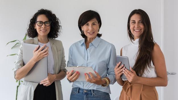 Вид спереди деловая женщина позирует Бесплатные Фотографии