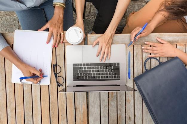 外で働くトップビュービジネス女性 無料写真