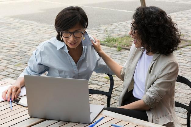 外で一緒に働くビジネス女性 無料写真