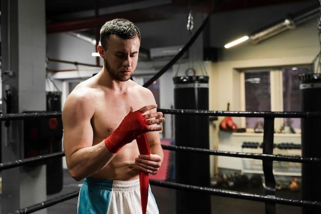 ボクシングリングでトレーニング正面運動男 無料写真