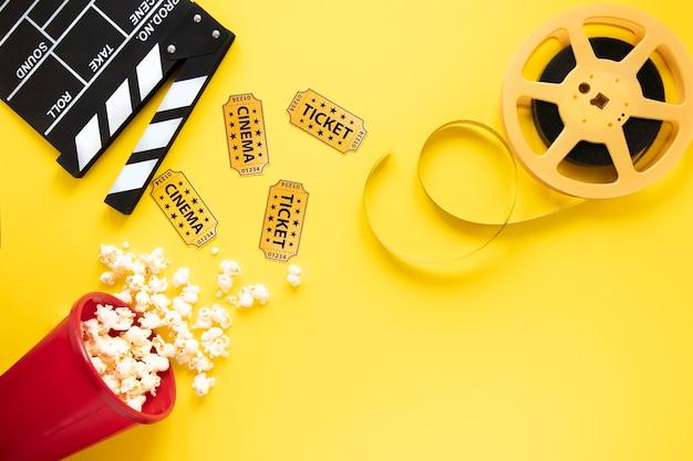 黄色の背景に映画の要素 無料写真