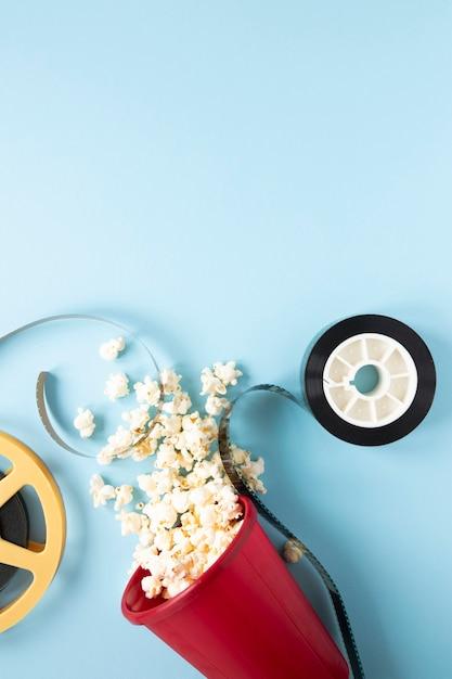 青の背景に映画要素の配置 無料写真