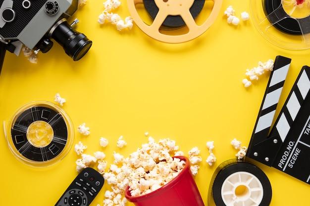コピースペースと黄色の背景に映画要素のフラットレイアウト配置 無料写真