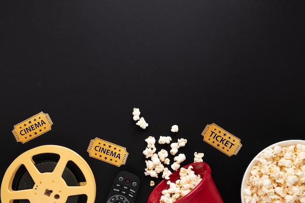 コピースペースと黒の背景に映画の要素の配置 無料写真