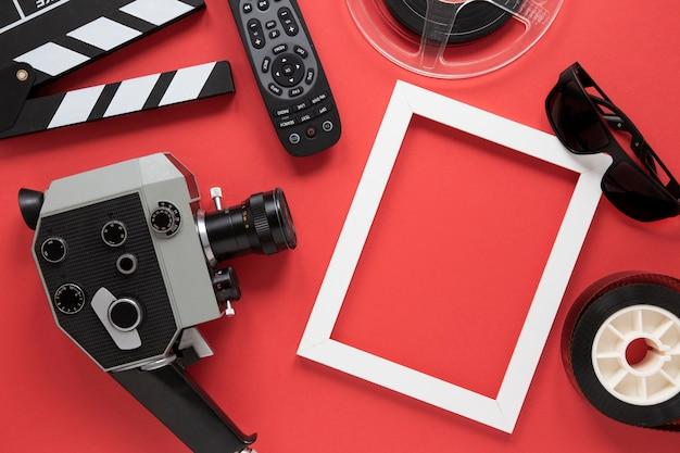 赤い背景の映画要素の配置 無料写真